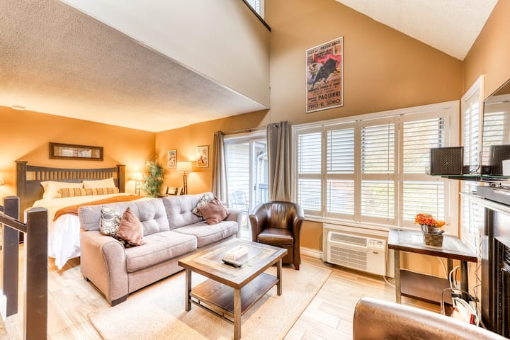 Lovely loft home with shared pool, hot tub and tennis courts!