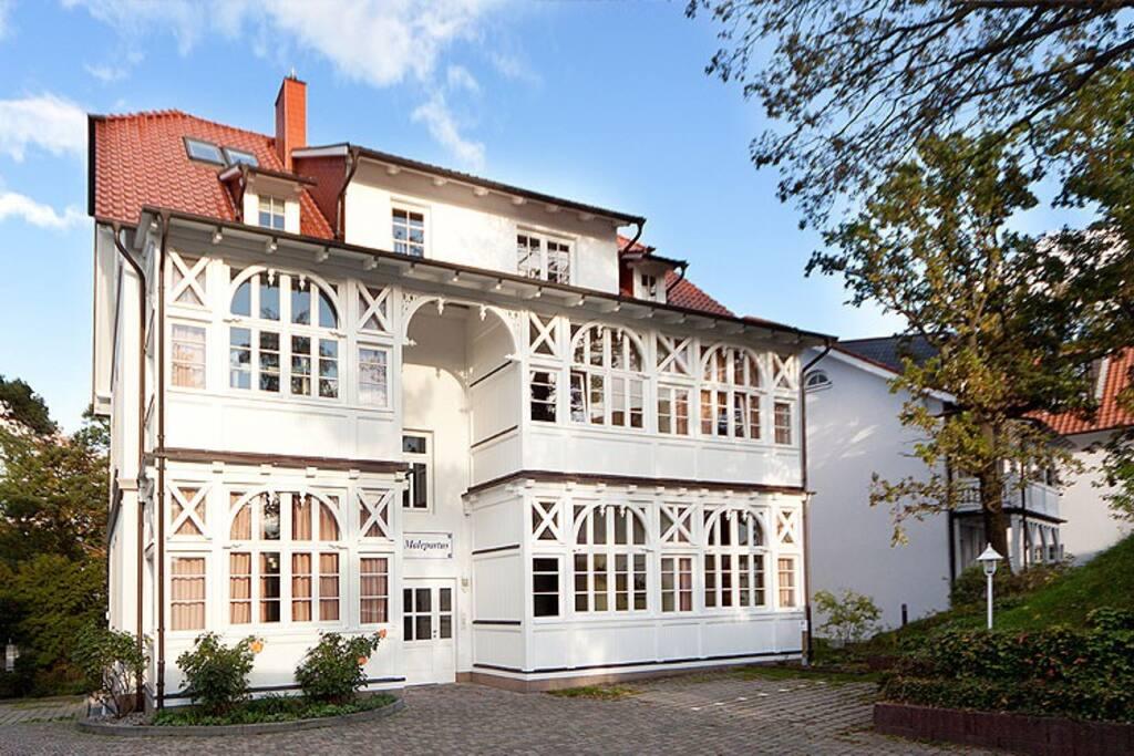 Die Außenansicht der Villa Malepartus im Ostseebad Binz auf Rügen.