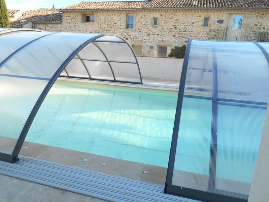 Abri de piscine coulissant en 1/2 saison et peut être replier complètement et été.