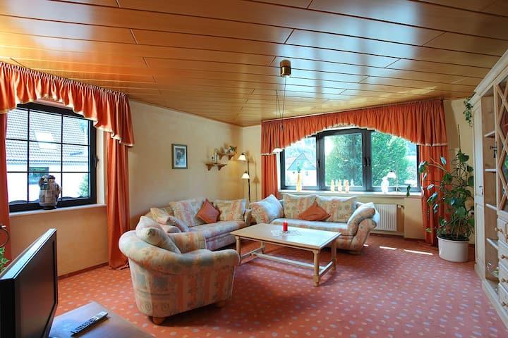 Gasthaus Mester, (Lennestadt), Ferienwohnung Hildegard, 85qm, 1 Schlafzimmer, 1 Wohn- Schlafzimmer, max. 5 Personen