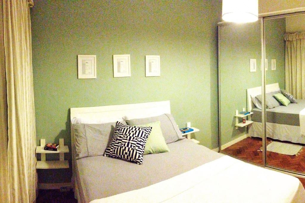 O nosso quarto tem uma cama super confortável e espaço no armário para suas coisas.
