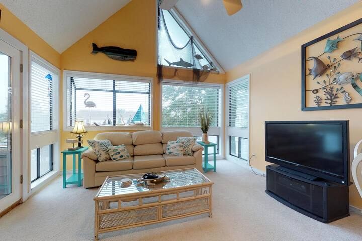 Homey condo with shared pools, hot tub, sauna & more - walk to the beach!