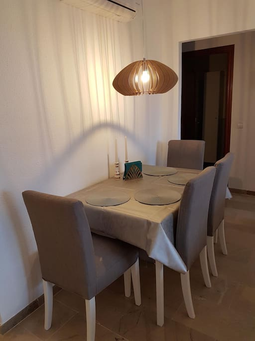 Dining table - extendable (6 chairs)