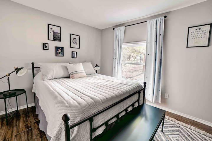 Lazy Lavender House queen Suite 2