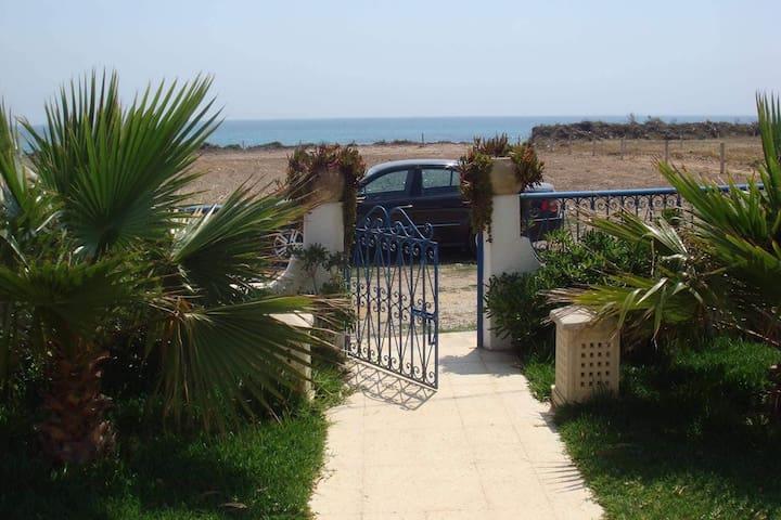 Villa au bord de la plage à Kerkouan