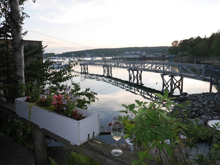 Waterfront 2 BD Condo, Great Deck & Full Kitchen