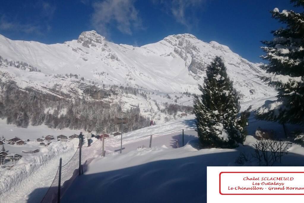 Départ et retour skis aux pieds, une partie de la vue sur le Jalouvre depuis le salon et le balcon.