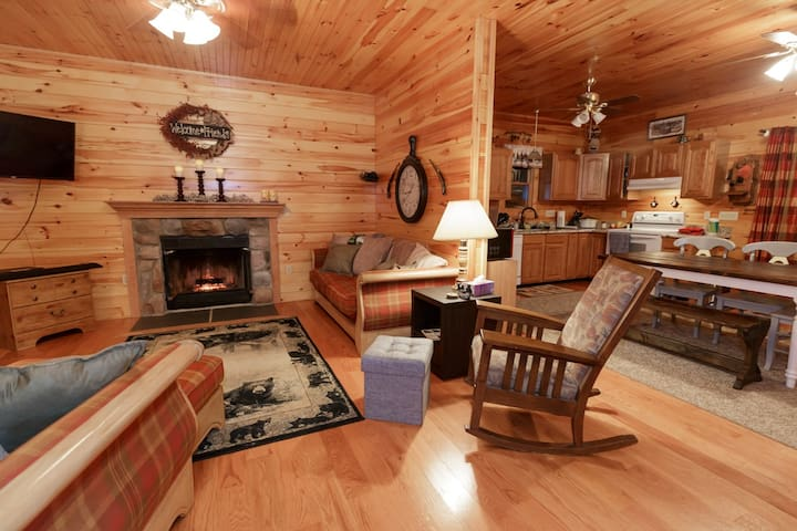 A Cozy Bear Cottage - Brand New Hot Tub and Deck!!