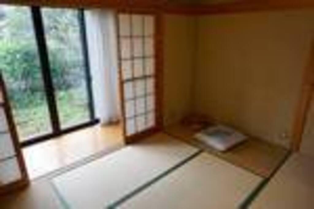 1F和室は 今ではめずらしい 雪見障子や広縁&縁側があり 部屋から庭(雪や花、草木)を見たり 外の縁側(お客さん)と内の広縁(家主)で楽しいお茶をすることができます。