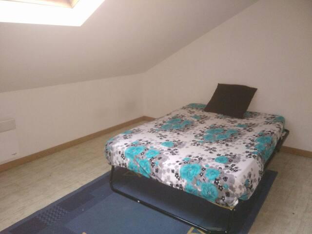Une chambre avec un lit 2 place - Marly - Ev