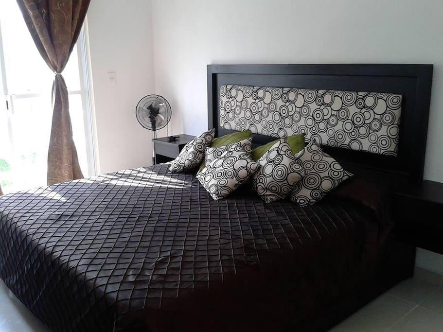 La habitación principal cuenta con cama tamaño ks.