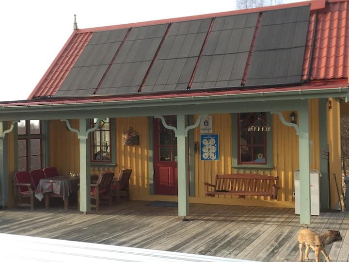 Poolhus nära centrum i lantlig miljö.