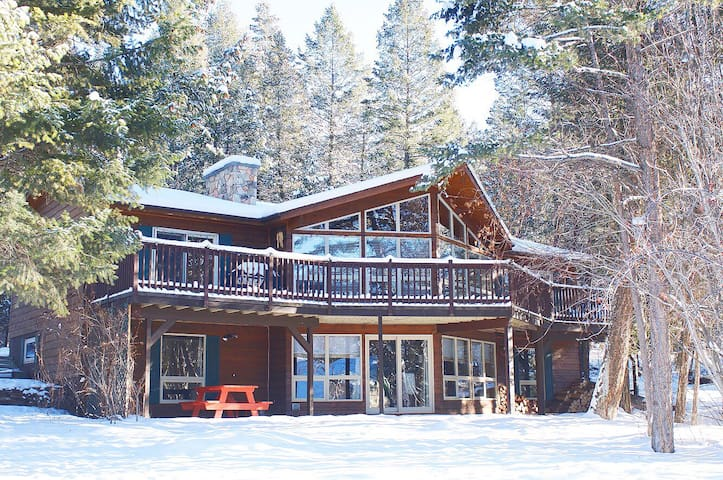 Falcon Cabin: Serene Location Minutes to Hot Pools and Skiing