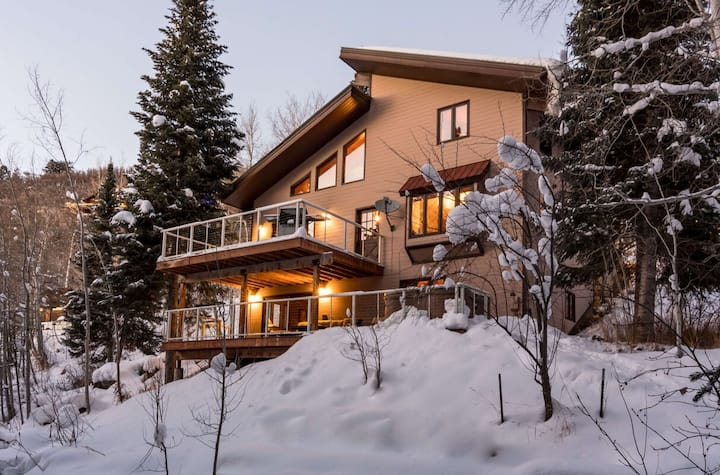 Perfect Winter Cabin | Private Hot Tub | Minutes to Slopes & Skiing