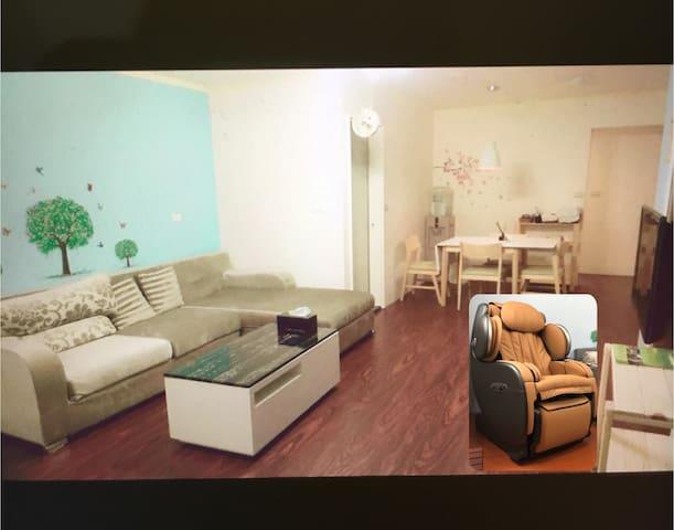 花蓮市中心,鄰近夜市,兩房一廳的格局適合家庭入住,一次只接待一組客人。
