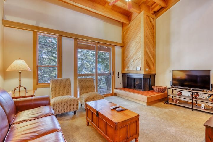 Perfect ski getaway near lifts w/ wood-burning fireplace, free WiFi & balcony!