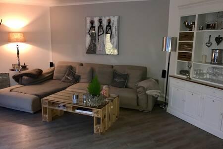 Tolles Zimmer mit King Size Bett! - Schenefeld - Apartament