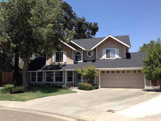Tucked away and just a 5 min drive to a freeway - Visalia - House