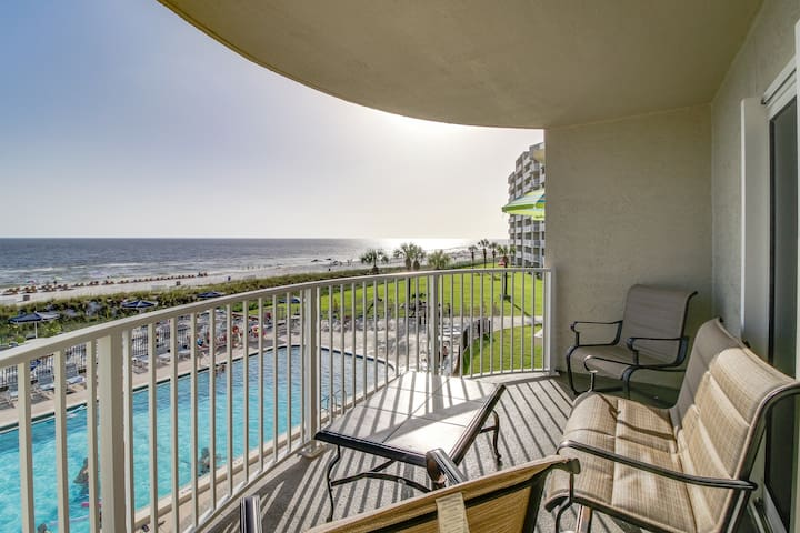 Oceanfront condo w/ sweeping views, shared pool, hot tub - snowbirds welcome!