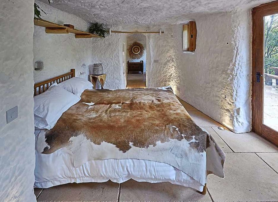 The rockhouse retreat grand designs caves for rent in for Grand bedroom designs