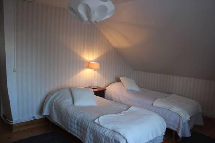 Sovrum med två (nya) sängar