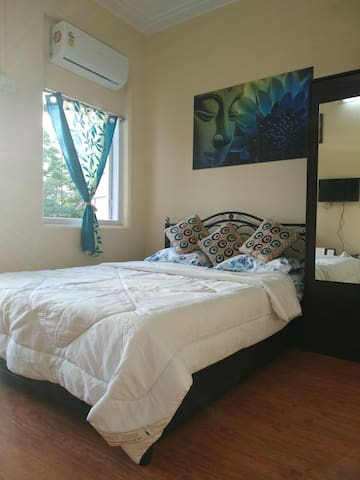 Affordable Pvt A/C room@Marine Lines- Garden Views
