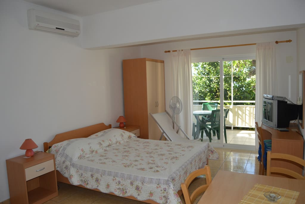 Bright apartment with cozy bed, aircondition, tv, terrace
