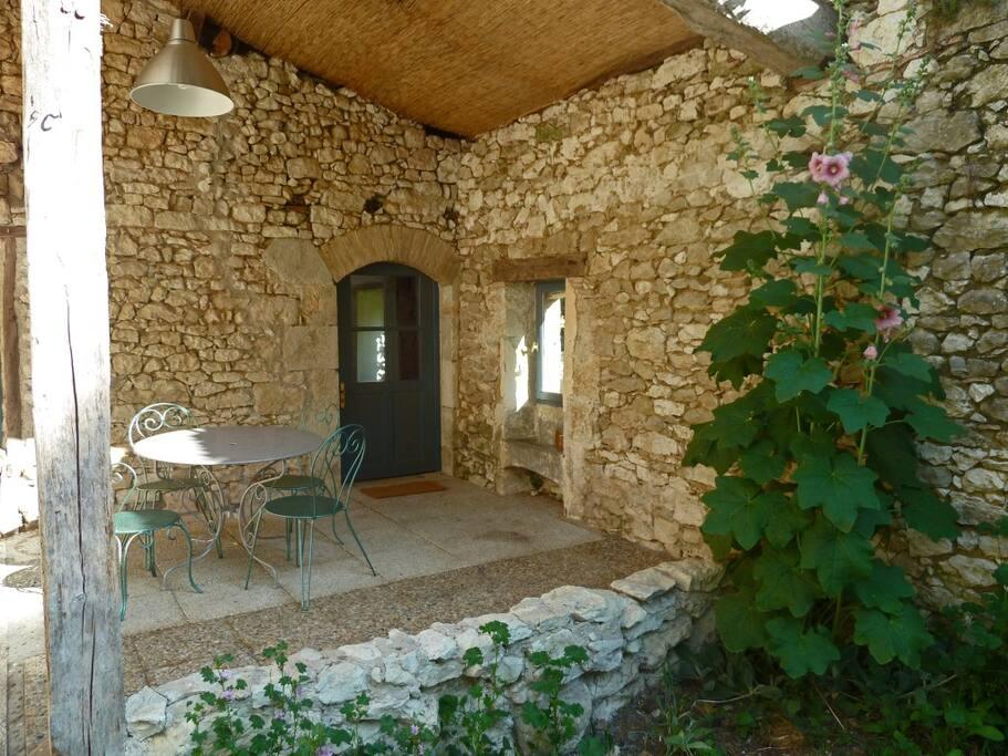 La terrasse et sa petite fenêtre