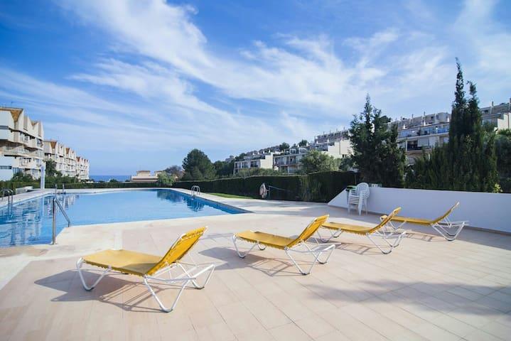 Moderno apartamento al lado del mar con piscina