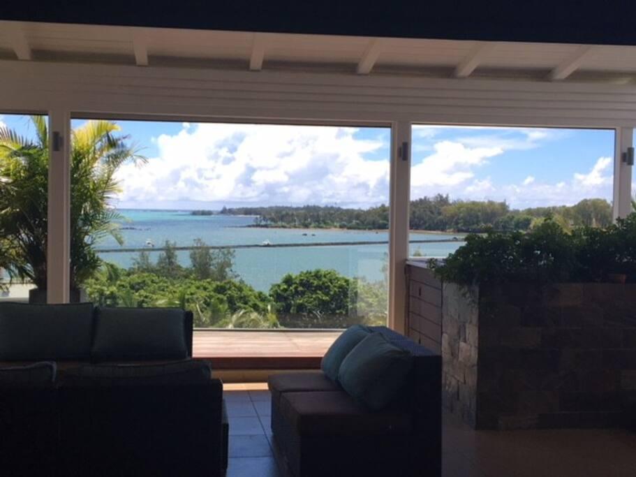 Terrasse couverte (varangue) avec vue sur le lagon