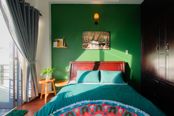 Green Bedroom*Large Balcony*300m to beach
