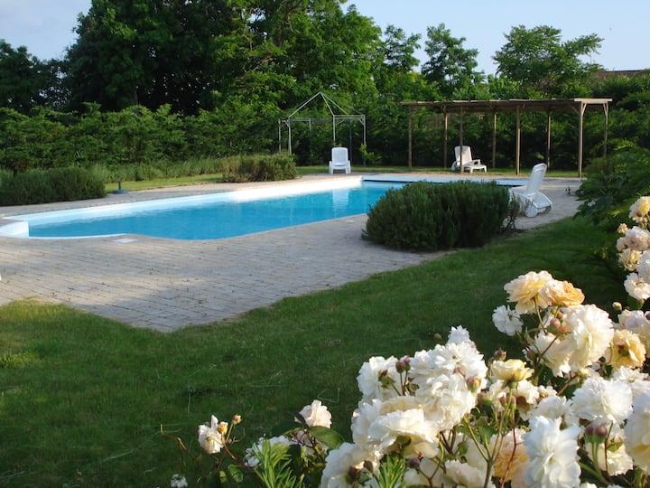Logement entier, piscine, jardins.1 jour,1 semaine