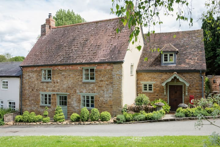 Character 5* Cottage: Lovely garden & location