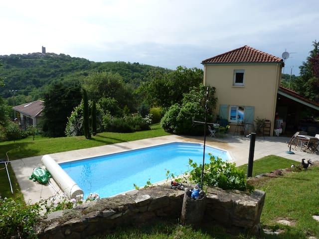 Maison avec piscine , vue sur le massif du Sancy