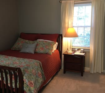 Comfortable and quiet bedroom! - Mechanicsville - Hus