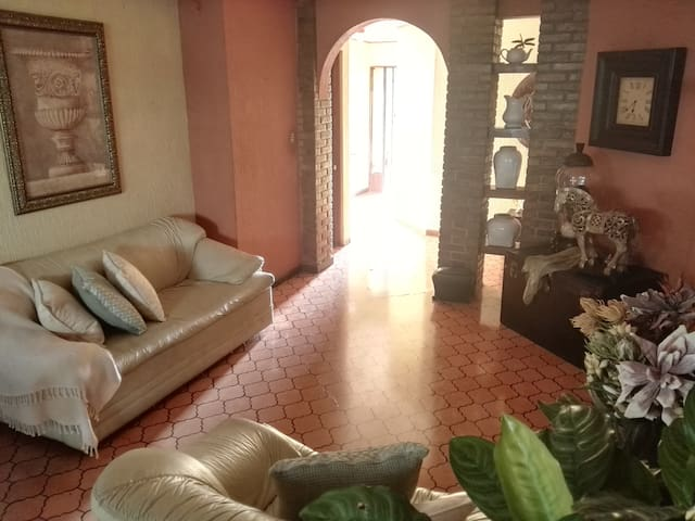 Breakfast & WiFi! ..15min from SJ/5min USA Embassy - San José - House