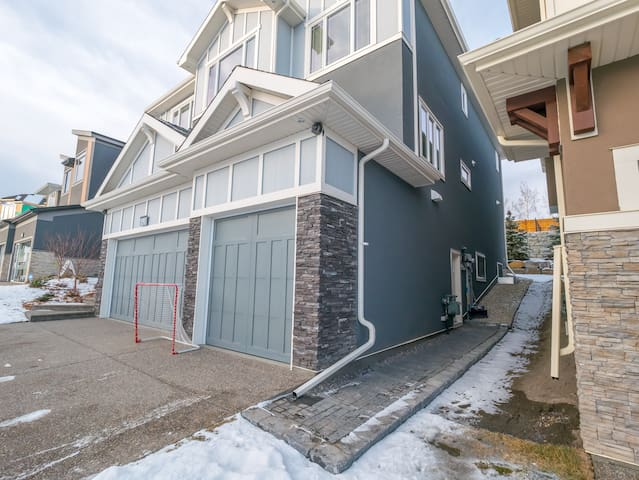 Cozy & Warm Enclave close to Downtown Calgary
