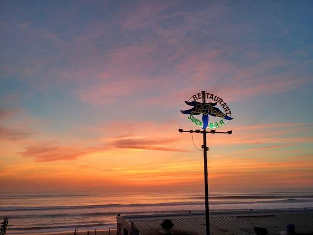 Biscarrosse plage, votre premier accès à l'océan. Ambiance surf, vacances, restos, glaces, churros. Le Restaumer et sa poissonnerie.