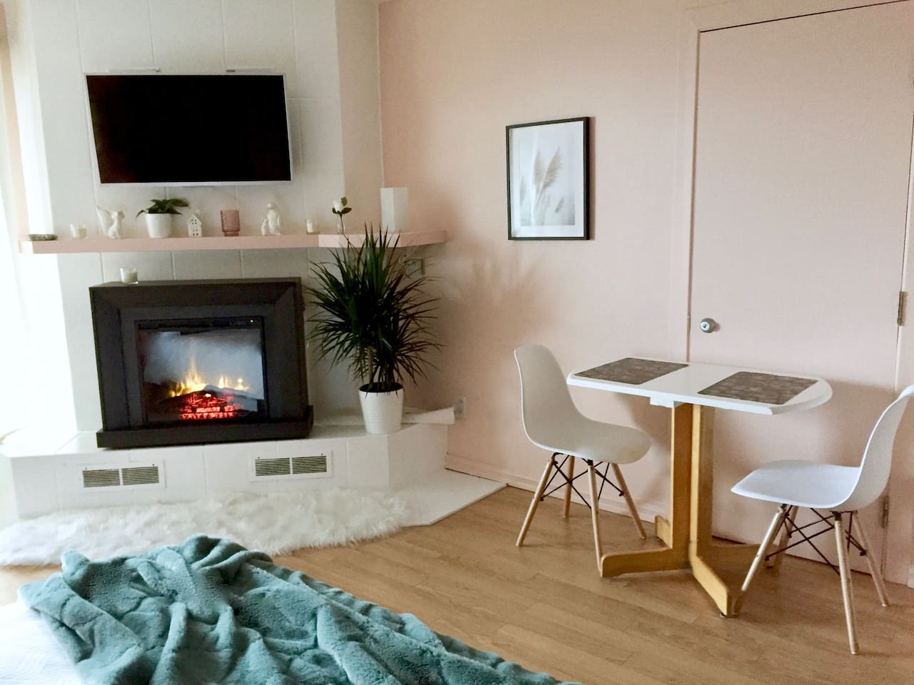 Studio Apartment With Electric Fireplace Smart TV Netflix, Youtube, Wifi, Fully Kitchen and Free Parking.
