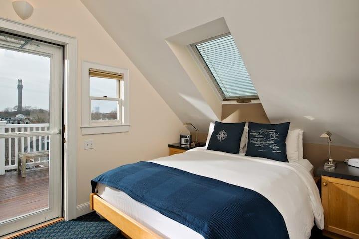 Room 7 (Queen Bed) - Benchmark Inn