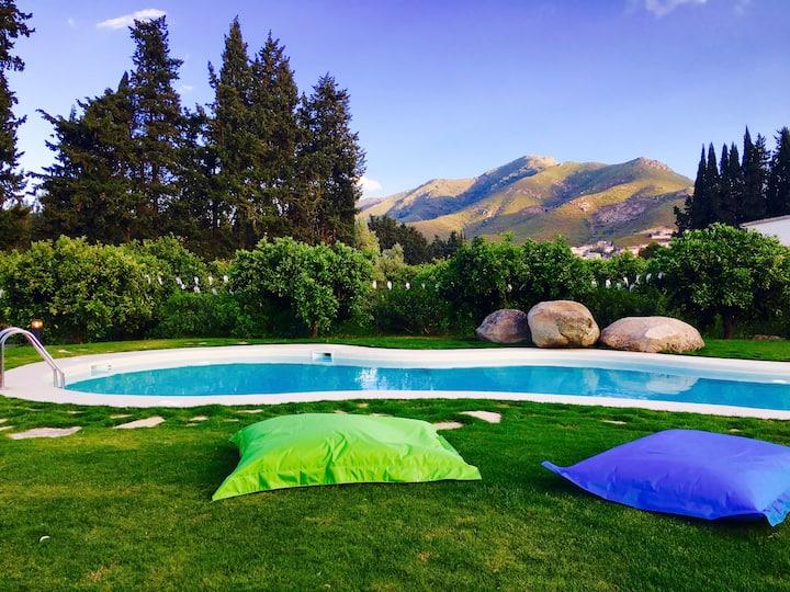 Cottage vista piscina nell'agrumeto.