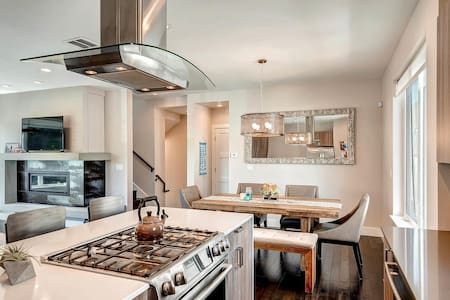 Modern Townhome - Jefferson Park area 2bed, Wknds! - Denver
