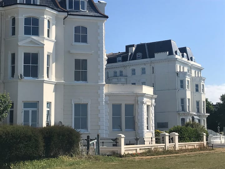 Stunning 3 Bed Apartment with Panoramic Sea Views