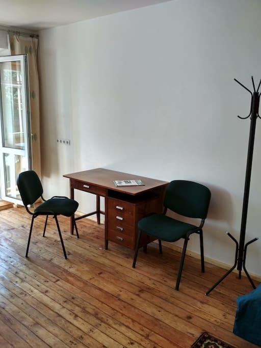 Рабочий стол (по желанию на это место может быть положен матрас).