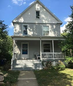 Great house close to all Ann Arbor has to offer! - Ann Arbor - Huis