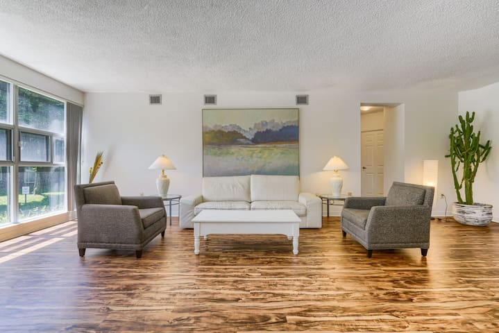 Bright 2 bedroom Condo with View of High Park