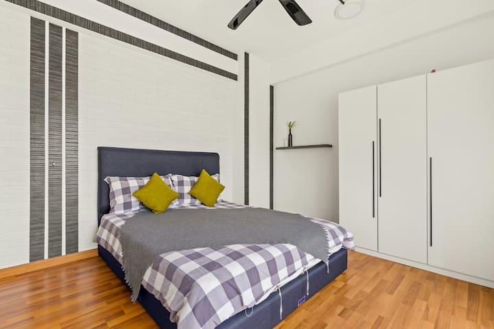Bedroom 3 (queen bed)