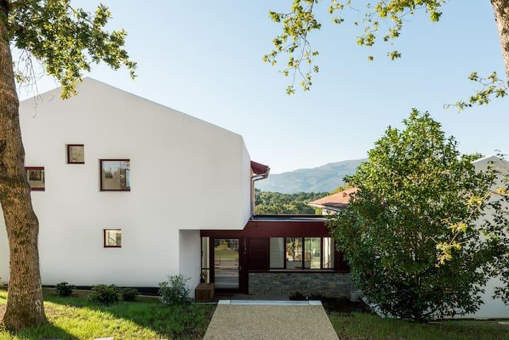 Villa contemporaine, piscine, proche golf Chantaco