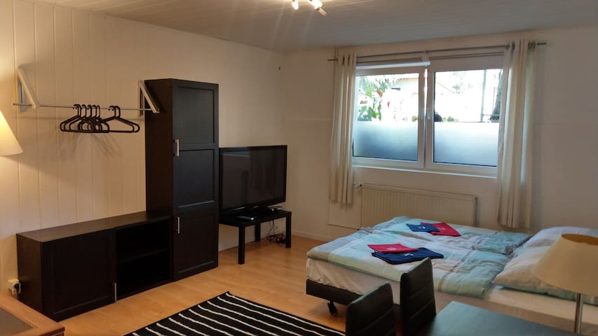 Schickes Zimmer mit Direktanschluss nach Berlin