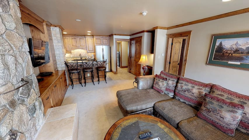Classic & Comfortable Condo Steps From Vail Mtn!